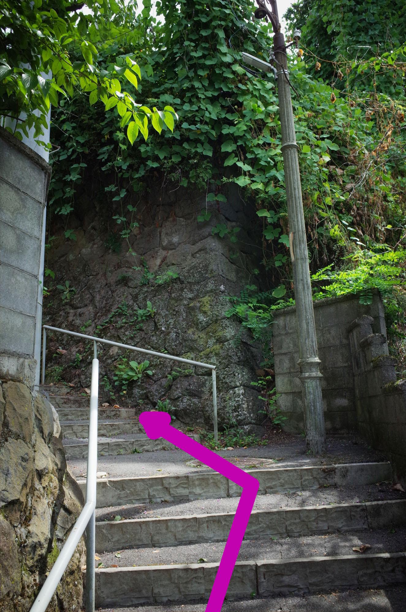 がんばれ階段 レトロな街灯